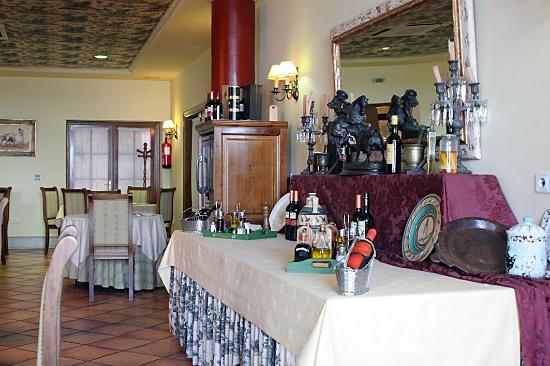 Hotel Puerta de la Villa: Comedor bien montado y armonioso