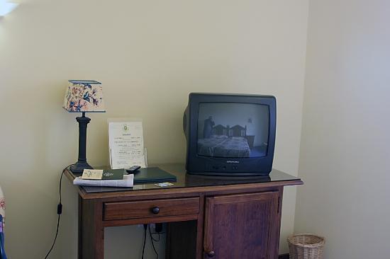 Hotel Puerta de la Villa : Televisor y minibar