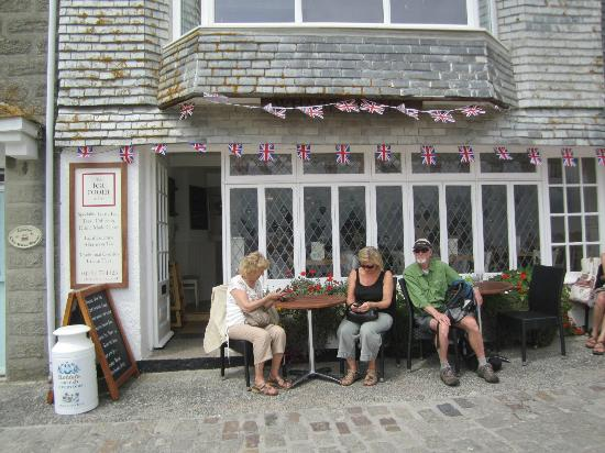 The Searoom: Enjoying the sun and food at The Tea Room in St Ives Cornwall