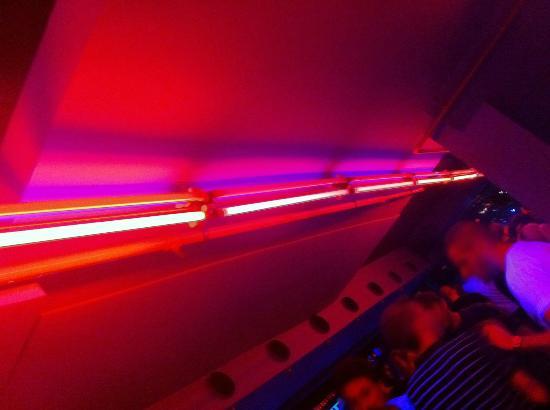 MOOG, néons rouges