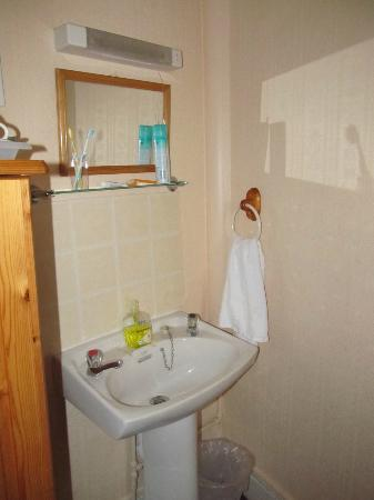 Cherry Tree Villa Guest House: Coin lavabo dans la chambre