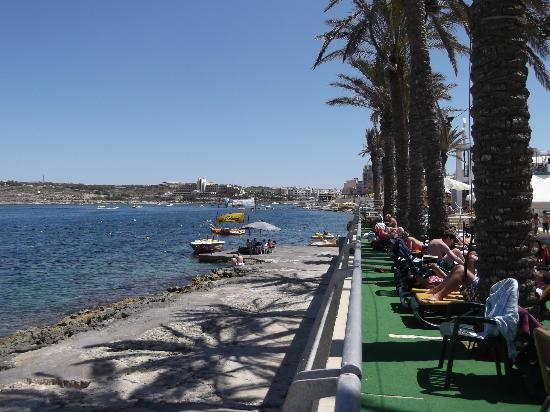 Qawra Palace Hotel: overlooking bay from pool area