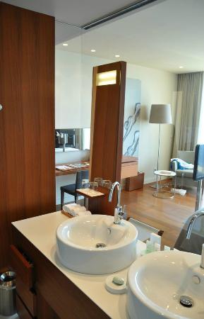 Villa Dubrovnik: Bad und Zimmer trennen eine Glaswand