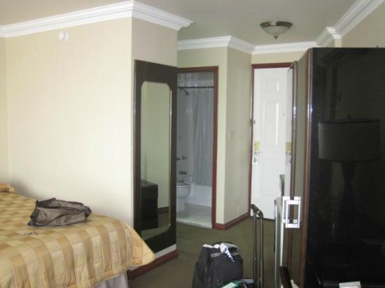 Plaza Paitilla Inn: Habitación (cuarto de ducha e inodoro)
