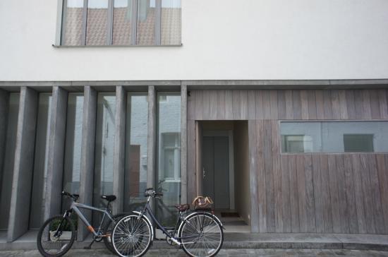 B&B 't Walleke: Our bikes+guest entrance