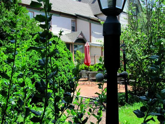 Garden and Sea Inn: Path to the dining room