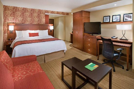 Courtyard by Marriott Calgary Airport: King Guest Room