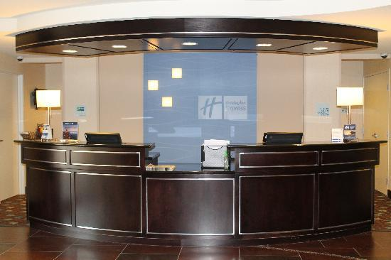 Holiday Inn Express & Suites Alpine Southeast: Front Desk