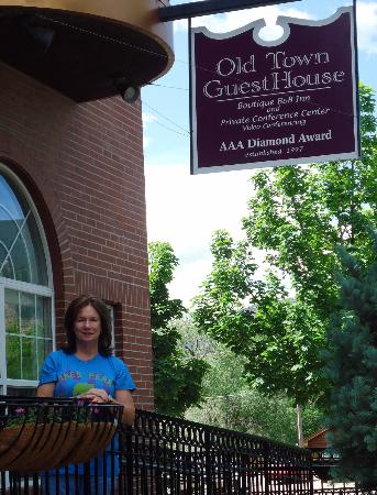 Old Town Guesthouse B&B: Enjoying the Front Porch