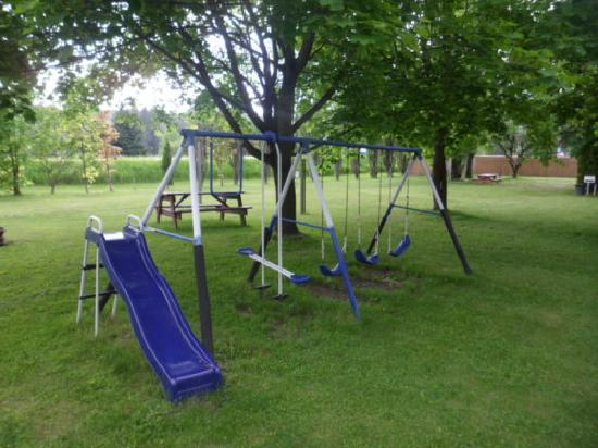 Apple Grove Motel, Campground & RV Park: Play ground and trampoline for everyone.