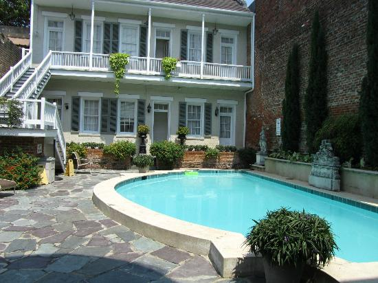 Chateau Hotel: Quaint courtyard with refreshing pool up to 6ft deep