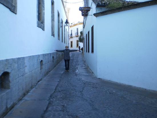Hotel La Llave de la Jurderia: Slightly narrow street on way to hotel