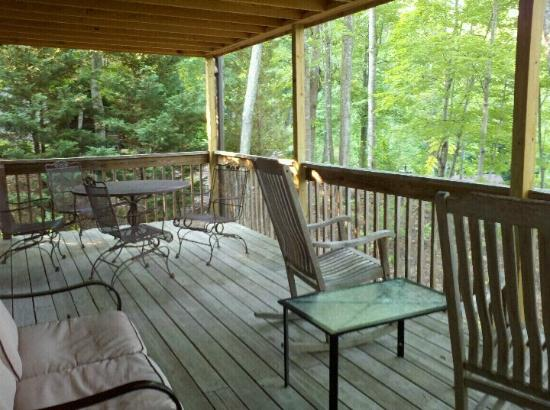 Asheville Cabins of Willow Winds: The upper deck...perfect for an evening wine or a morning coffee!!