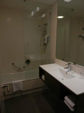 Sadot Hotel: clean, fairly roomy