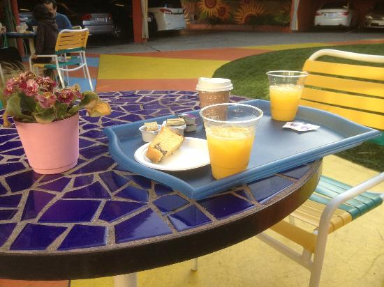 Hotel Del Sol, a Joie de Vivre hotel: Breakfast outside near pool.