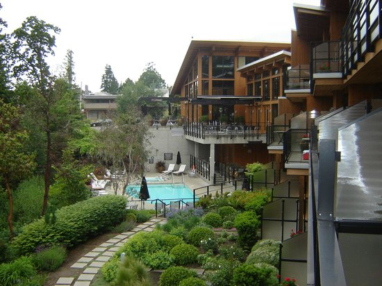 Brentwood Bay Resort & Spa: Pool & Jacuzzi Area