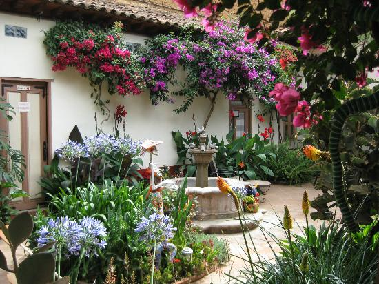 Hotel Casa Encantada: Front patio in bloom