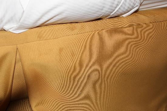 DoubleTree by Hilton Hotel Atlanta - Northlake : bed skirt