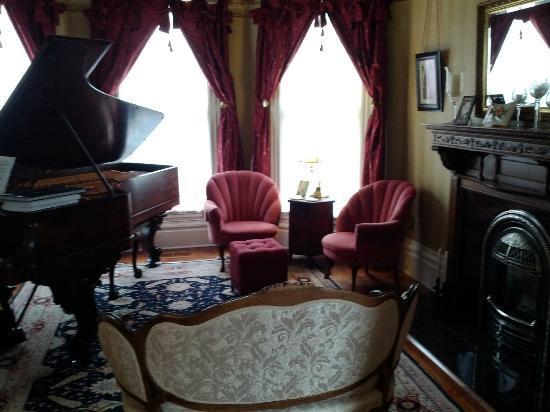 C'est La Vie Inn: The parlor