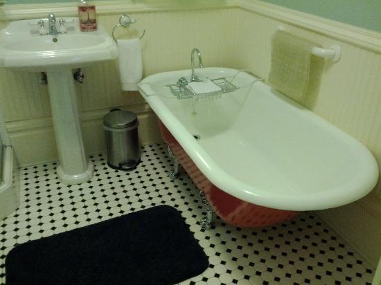C'est La Vie Inn: Matisse room clawfoot tub