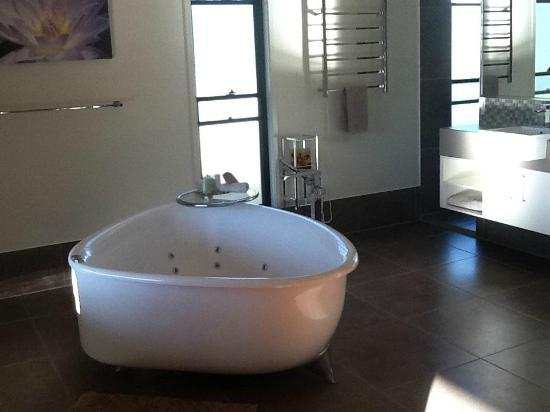 Melawondi Spring Retreat: The amazing free-standing spa bath