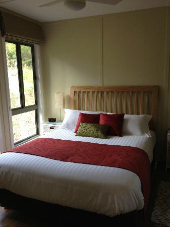 Gisborne Peak Winery Cottages : Bed was soooooo comfy!