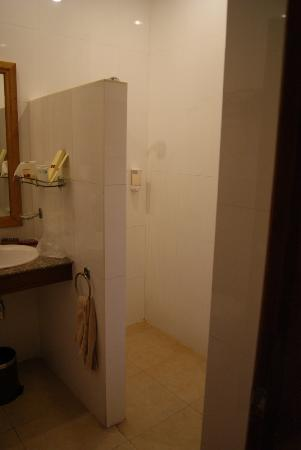 Cambodian Resort: Shower and bathroom area