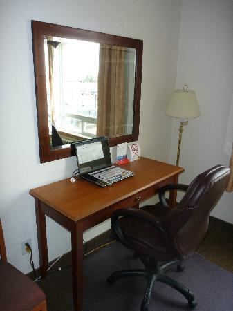 Super 8 Athabasca AB: Hotel laptop for use in room