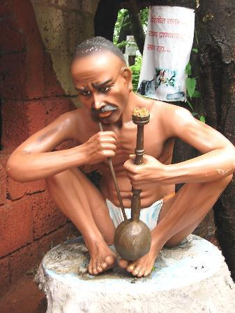 "Ganpatipule, Indie: Old time smoking ' Hukka "" where water absorbes nikotin of tobaco"
