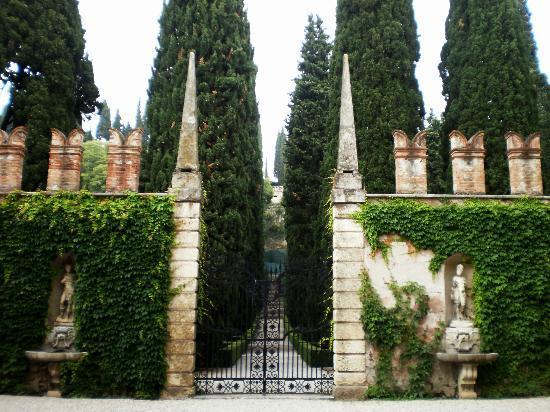 Il maestoso ingresso al giardino picture of palazzo for Giardino e palazzo giusti