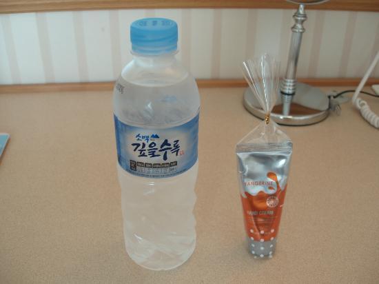 Toyoko Inn Busan Seomyeon: 無料の水と掃除無特典のハンドクリーム