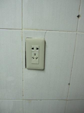 Furama Nanshan Garden Hotel: unsafe plugs/electric sockets