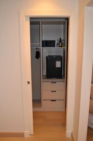 Hotel Palazzo Decumani: Zimmer 403: begehbarer Schrank mit Safe + Minibar