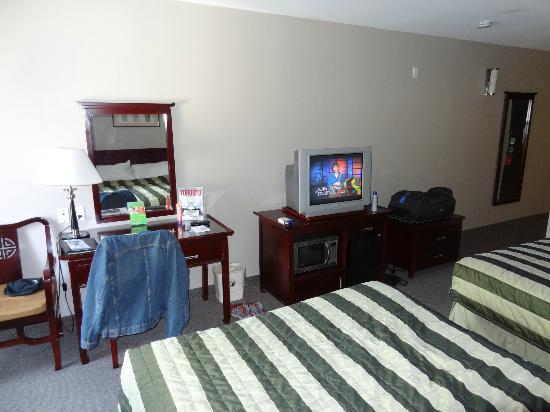 Super 8 Downtown Toronto: room