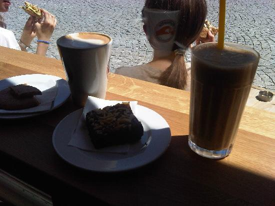 Cafesito: Caramelfrappe und Brownie