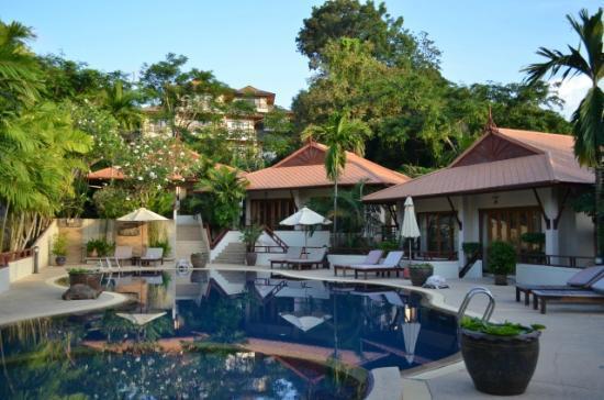 โรงแรมไรซิ่งซัน เรสซิเดนซ์: Pool area