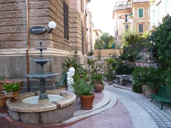 Hotel Emona Aquaeductus: By the gates: fountain, small garden, tables and chairs.