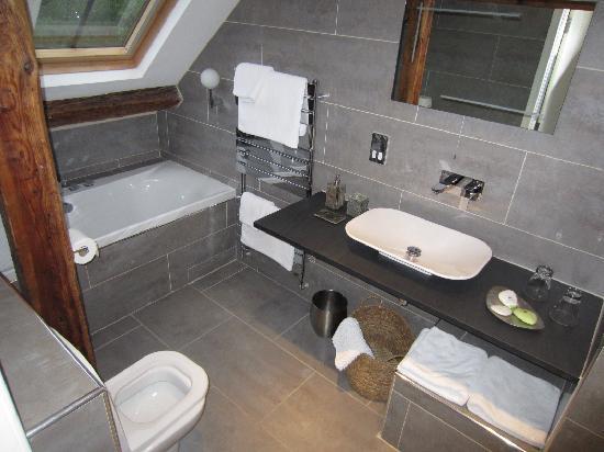Cross Foxes - Bar Grill Rooms: Idris Bathroom
