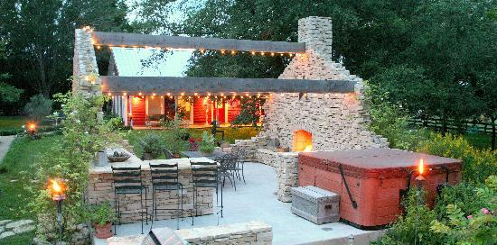 Chappell Hill, Teksas: Stone Outdoor Kitchen at the Ranch