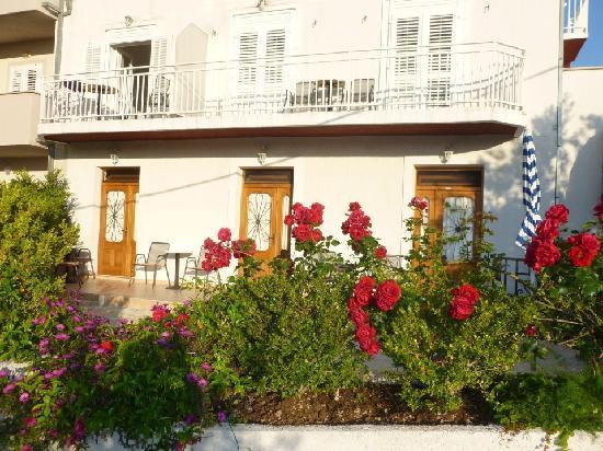 Bacan Serviced Apartments: Garden view