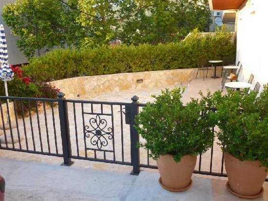 Bacan Serviced Apartments: Ground floor patio