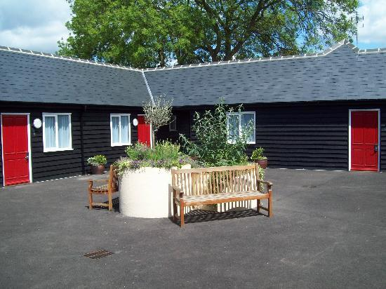The Fox Inn: Courtyard in front of accommodation