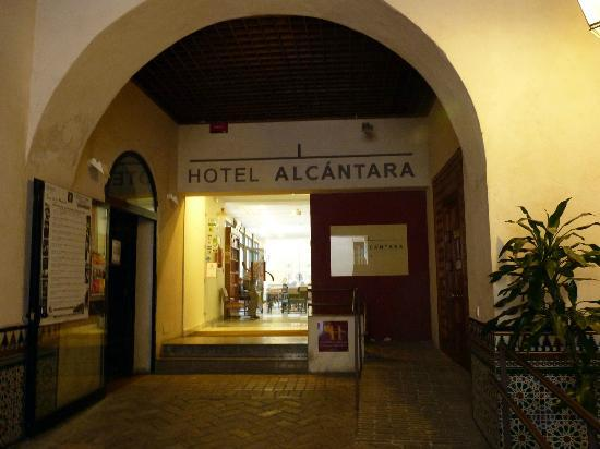 Hotel Alcantara: Entry to hotel - Flamenco show to the left