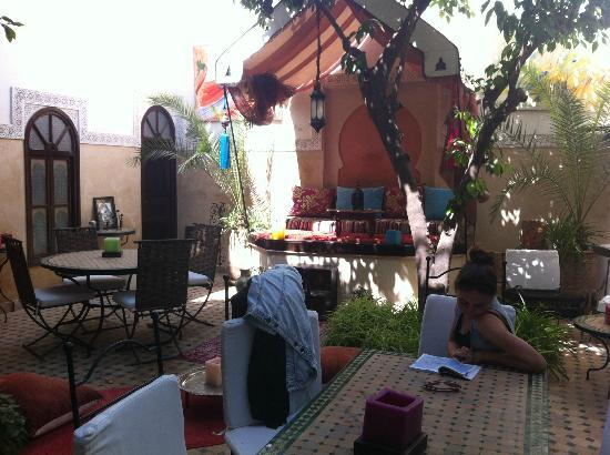 Riad Aguerzame: The stunning court yard area where you have breakfast and can lounge around sipping mint tea