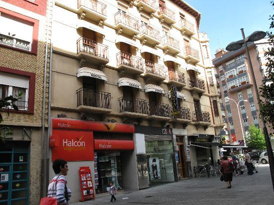 Navarra Hostal : view of hotel from the street
