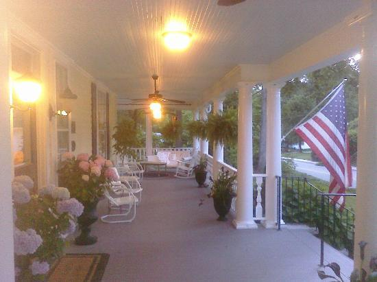 Elizabeth Leigh Inn: Huge Wrap-Around Porch