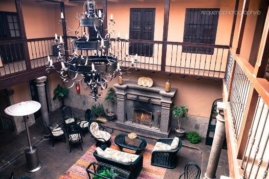 Tierra Viva Cusco Plaza: Nice lounging area with fireplace