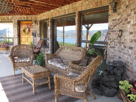 Sutherland Blueberry Bed & Breakfast: many places to sit, relax and enjoy the view