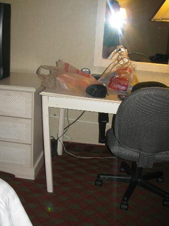 BEST WESTERN The Inn at Buffalo Airport: Desk Table