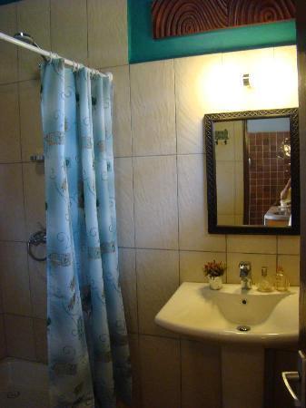 Lake View Studios: Bogoria Studio en suite bathroom